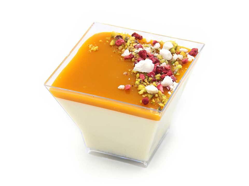 Сливки 33%, сливки 10%, пюре манго, сахар, желатин, лимон, ванильный сахар, соус (пюре манго, желатин, лимонный сок), декор (малина свежая, малина сублимированная).