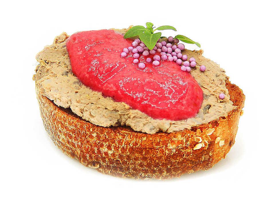 Багет зерновой (мука пшеничная хлебопекарная высший сорт, смесь хлебопекарная (мука пшеничная высший сорт, поджаренная солодовая пшеничная мука, клейстеризованная цельносмолотая пшеничная мука, ржаная мука, растительное масло, цельносмолотая ржаная мука, регуляторы кислотности: молочная кислота, уксусная кислота, картофельный крахмал, антиокислитель аскорбиновая кислота, хлопья овсяные, пшеничная клейковина, семя льна и подсолнечника, соль, крупа ячменная ячневая), морковь сушеная, семя льна, семя кунжута, дрожжи прессованные, соль), паштет из куриной печени (печень куриная, гречка, масло сливочное, сливки 10%, соль, перец), малиновый мусс (малина, сливки 10%, сахар, загуститель камедь ксантановая), сыр маскарпоне, бактериальная закваска мезофильных культур), шарики кондитерские (сахар, крахмал кукурузный, глазирователь (шеллак), красители пищевые (Е151, Е171).
