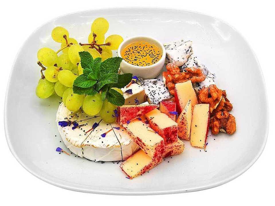 Сыр камамбер, сыр чеддер, сыр дор-блю, мед, виноград, грецкие орехи, мята, лепестки незабудки, блестки пищевые