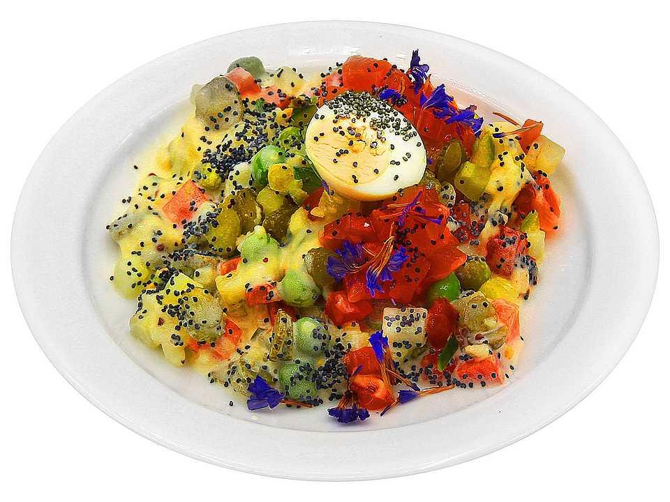 Сёмга, морковь, огурцы солёные, огурцы свежие, яблоко свежее, яйцо перепелиное, картофель, зелёный горошек, базилик свежий, мак кондитерский, майонез (яйцо куриное, растительное масло, уксус, соль, сахар), рассол огуречный (огурцы, вода питьевая, соль, сахар, зелень укропа, семена горчицы, регулятор кислотности - кислота уксусная, чеснок, специи), горчица зернистая, соль, сахар, перец, специи.