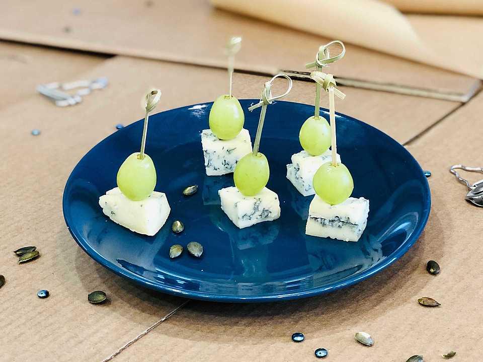 Сыр с голубой плесенью, виноград. Срок годности 48 ч. при 2-6 C