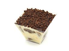 Крем: сыр Маскарпоне, яйца, сахарная пудра. Печенье савоярди. Пропитка: кофе эспрессо, сахар, ликер Love Story. Декор: горький шоколад, какао порошок.