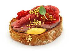 Багет зерновой (мука пшеничная хлебопекарная высший сорт, смесь хлебопекарная (мука пшеничная высший сорт, поджаренная солодовая пшеничная мука, клейстеризованная цельносмолотая пшеничная мука, ржаная мука, растительное масло, цельносмолотая ржаная мука, регуляторы кислотности: молочная кислота, уксусная кислота, картофельный крахмал, антиокислитель аскорбиновая кислота, хлопья овсяные, пшеничная клейковина, семя льна и подсолнечника, соль, крупа ячменная ячневая), морковь сушеная, семя льна, семя кунжута, дрожжи прессованные, соль), соус горчичный (масло растительное,вода, сахар, горчица, уксус натуральный, специи, сыворотка молочная сухая, соль, мёд, крахмал кукурузный, загуститель камедь ксантановая, паприка, регулятор кислотности – кислота лимонная, экстракт зелёного чая), говядина, томаты, соль, чеснок, перец, специи, шарики кондитерские (сахар, крахмал кукурузный, глазирователь (шеллак), красители пищевые Е102, Е171, Е172), базилик свежий.