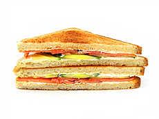 Хлеб (мука пшеничная хлебопекарная в/с, вода, сахар, жир растительный, улучшители хлебопекарные (эмульгатор (моно- и диглицериды жирных кислот), консервант- пропионат кальция, мука пшеничная хлебопекарная, мука соевая, ферменты, антиокислитель-кислота аскорбиновая), спирт пищевой, соль, клейковина пшеничная сухая, дрожжи.), лосось, сыр маскарпоне, свежие огурцы, каперсы. Срок годности 48 ч. при 2-6 C