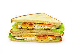 Сэндвич с яйцом, беконом и зеленью